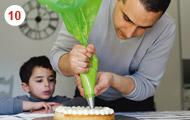10. Déposez la crème vanille en petites boules sur le financier. © Hélène David