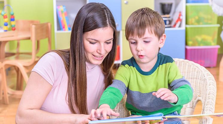 Comment la maîtrise du vocabulaire aide le développement des enfants ? © Fotolia