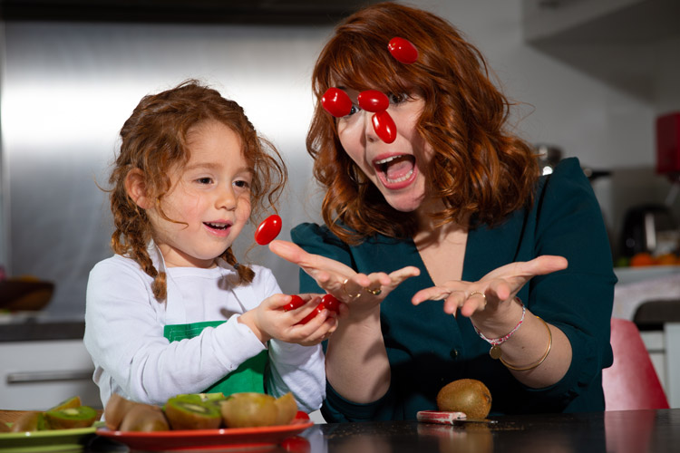 une maman et sa famille s'amusent en faisant une recette de cuisine